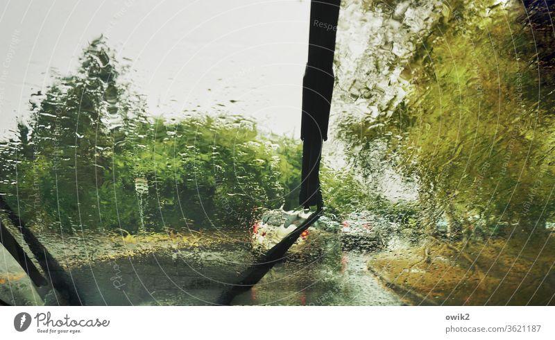 Zähfließender Verkehr PKW Schwache Tiefenschärfe Wassertropfen Regen schlechtes Wetter Himmel Verkehrsmittel Personenverkehr Autofahren Verkehrsstau Fahrzeug