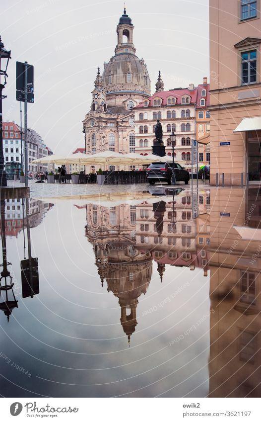 Sandsteingebirge Frauenkirche Dresden Barock berühmt historisch Wahrzeichen Sehenswürdigkeit Häuser Fenster Pfütze Reflexion & Spiegelung Wasser Altstadt