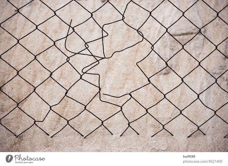 Loch im Maschendrahtzaun - der Sand ist nicht aufzuhalten Sandhaufen Dühne Zaun kaputt durchlässig Drahtzaun Barriere