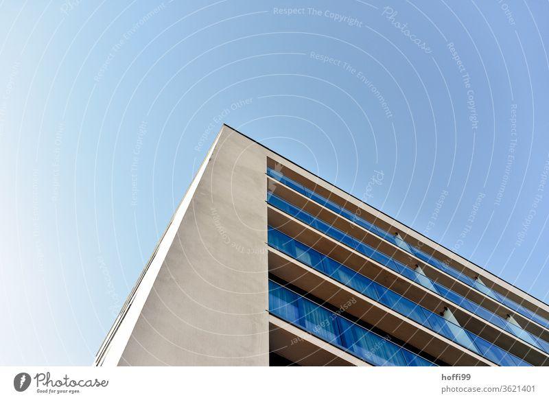 die Ecke am Hochhaus mit Fenster ragt in den Himmel Winkel Mauer Linie Hochhausfassade Bürogebäude Bankgebäude Symmetrie modern Fassade Architektur