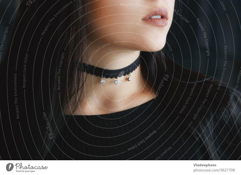 Nahaufnahme eines stilvollen schwarzen Kropfbandes am weiblichen Hals Schönheit Model Stil Halsband Halskette Frau jung schön modern Person Haut Hintergrund