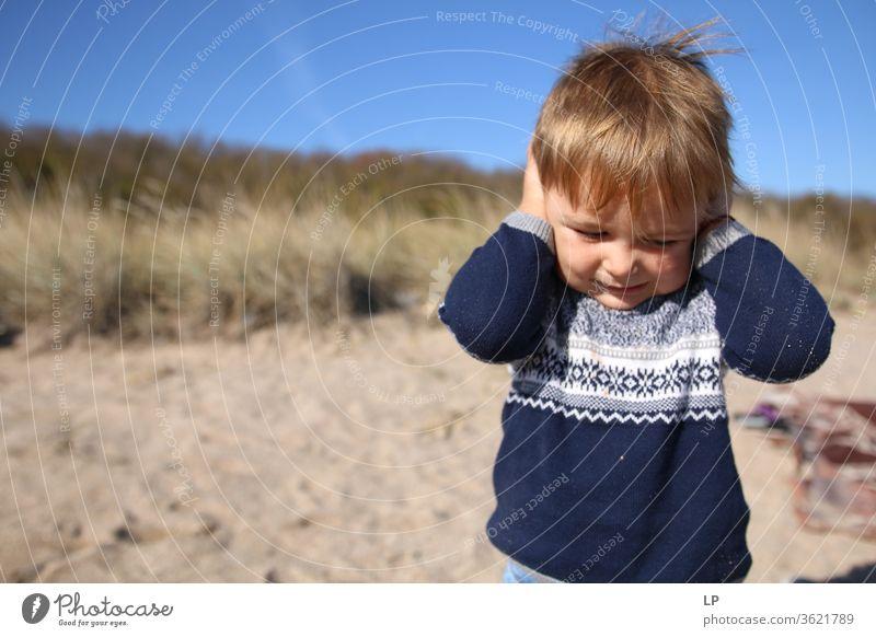 Kleiner Junge, der die Hände an die Ohren hält Ablehnung gegen Außenaufnahme Gehör Hörbehinderung Gehörschutz Hörgerät Verneinung Gehörsinn hören Mensch laut