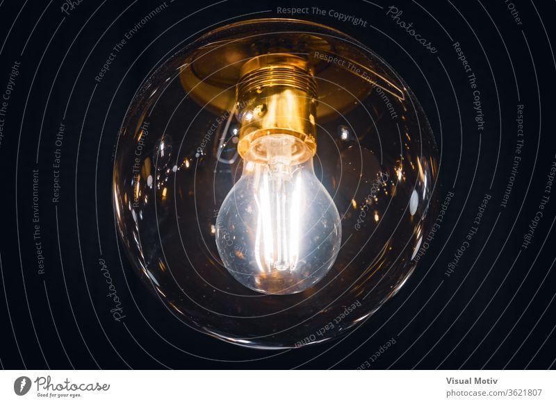 Riesen-Glühbirne im Vintage-Stil, die mit ihren innen sichtbaren Retro-Filamenten beleuchtet wird Knolle Lampe glühen hängen durchsichtig Licht Zimmerdecke Glas