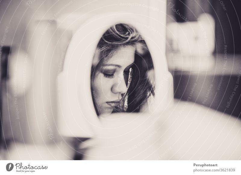Frauenschminke durch einen Spiegel Blick Atelier Schönheit schön Gesicht Haut Erwachsener Mädchen weiß Make-up jung nach oben vereinzelt attraktiv Dienst