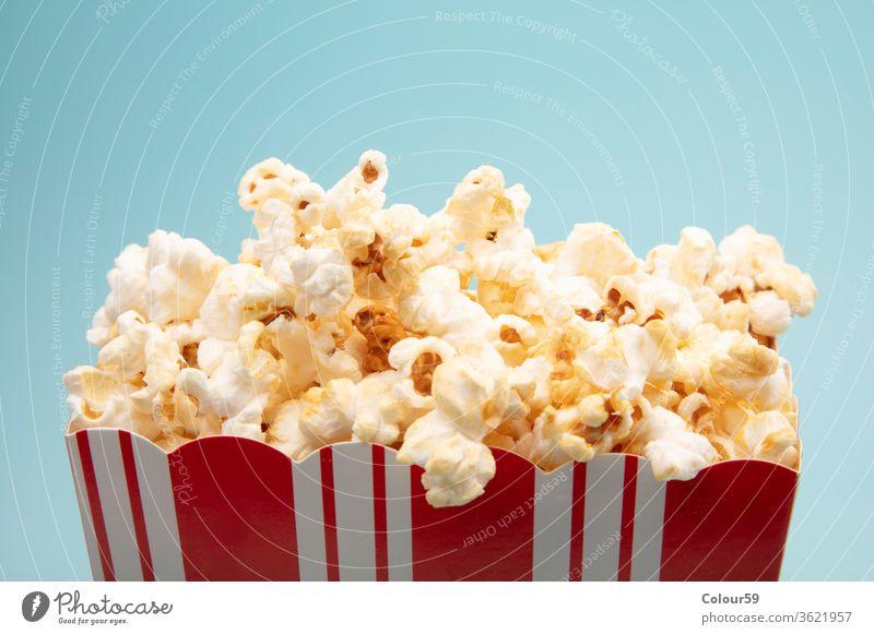 Gesalzenes Popcorn Popkorn Mais Snack vereinzelt Papier weiß Hintergrund Tasse Film rot Kino niemand Lebensmittel Entertainment salzig lecker Eimer Schachtel