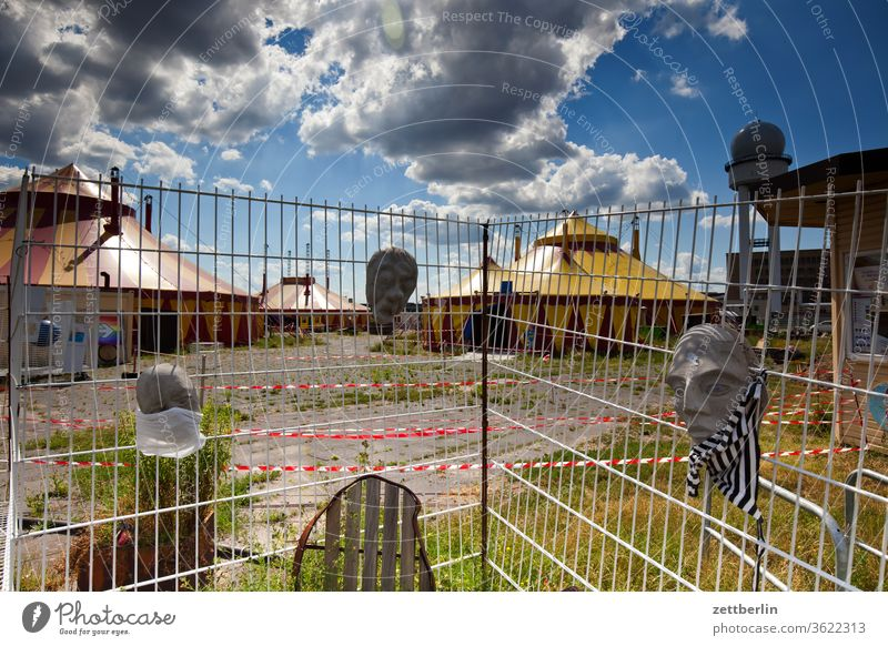 Zirkus Cabuwazi cabuwazi maske kinderzirkus deko berlin zelt zirkuszelt zaun ferne freiheit frühling himmel schmuck horizont menschenleer skyline sommer