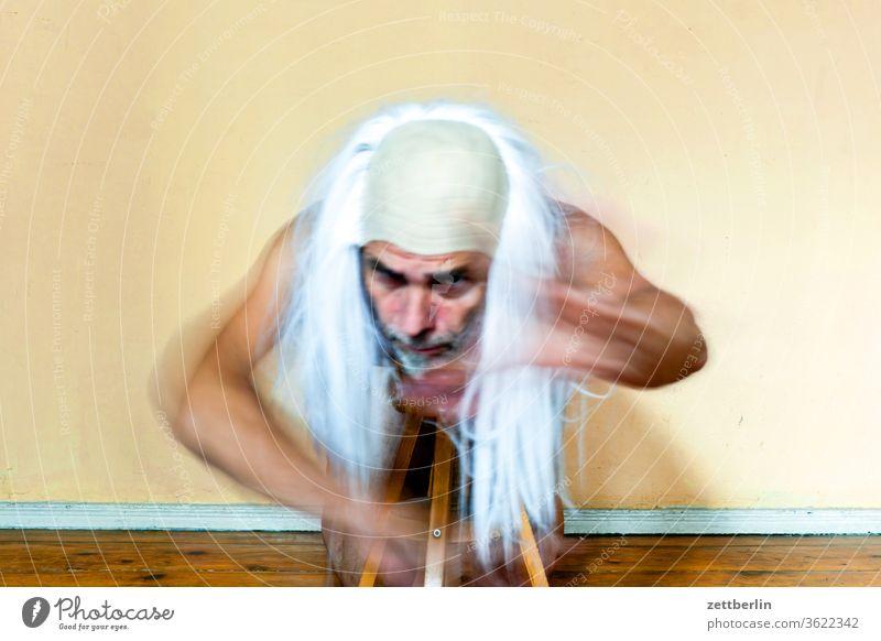 Seniorentheater anzug bewegung bewegungsunschärfe geist gespenst innenaufnahme mann maske maskerade mensch raum textfreiraum verkleidung zimmer zauberer gandalf