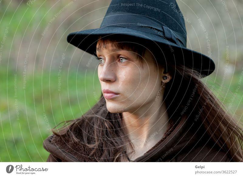 Traurige Frau mit schwarzem Hut schön traurig Person Porträt jung Lifestyle Mädchen hübsch Schönheit attraktiv Menschen fallen Kaukasier Herbst Model Dame