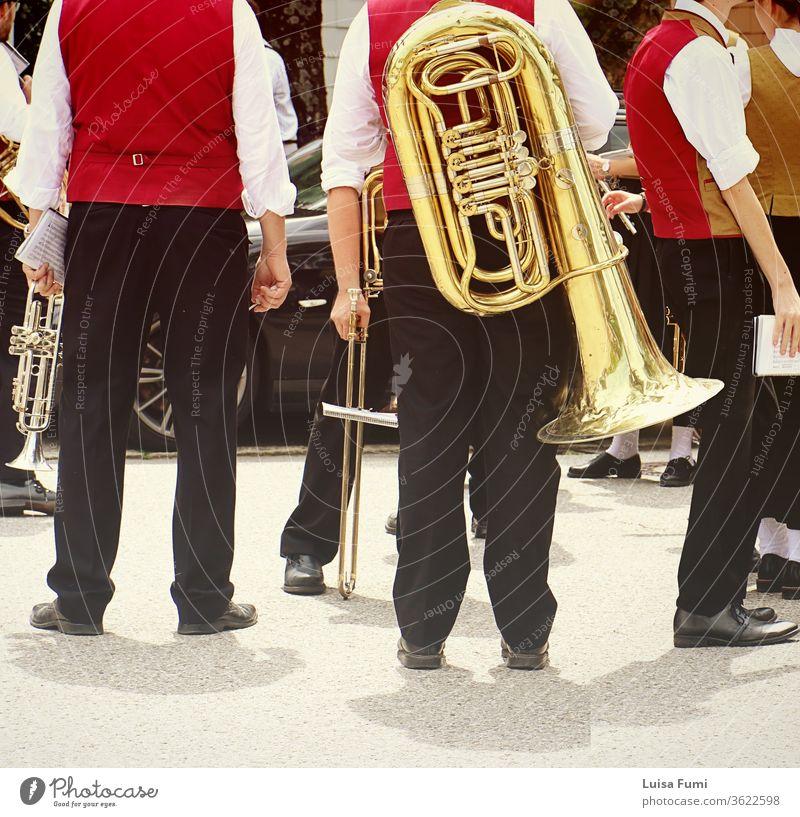 Blechbläsermusiker in bayerischer Tracht mit ihren Instrumenten bei einem traditionellen Umzug Bayern Band Musik Messing Stadtfest Deutschland bayerische Stadt