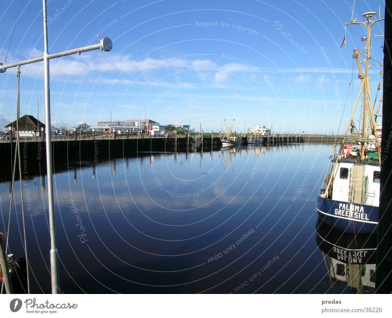Hafen der Träume I Meer Anlegestelle Stillleben Wolken Reflexion & Spiegelung Wasser Natur Bensersiel
