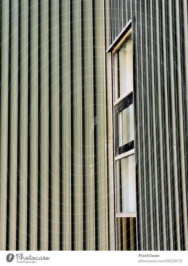 Ausblick durch ein Fenster mit Fassade Architektur Haus Gebäude Außenaufnahme Wand Stadt Häusliches Leben