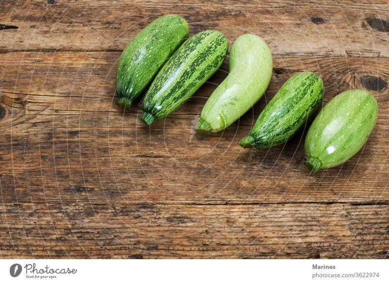 Zucchini auf einem Holztisch Hintergrund Gemüse Squash Kürbis Design frisch grün Lebensmittel Gesundheit natürlich Pflanze Paket Menschengruppe organisch