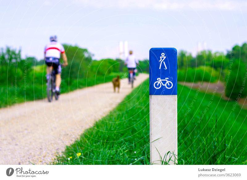 : Fahrradweg entlang der Weichsel in Warschau, Polen, mit Radfahrern, die an einem sonnigen Sommertag im Hintergrund zu sehen sind. Aktion aktiv Aktivitäten
