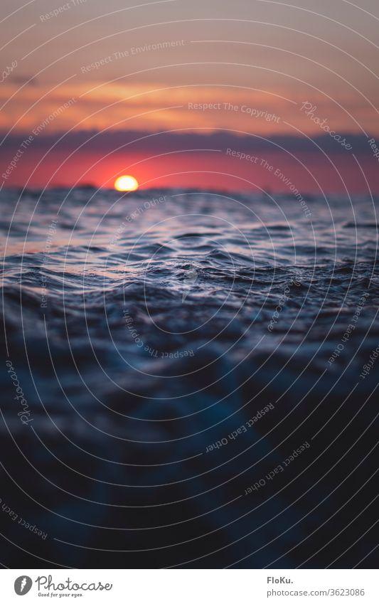 Farbenfroher Sonnenuntergang an der Nordsee in Dänemark Meer Strand Wasser Himmel Wellen Küste Wolken Dämmerung Sommer Reflexion & Spiegelung Sonnenlicht