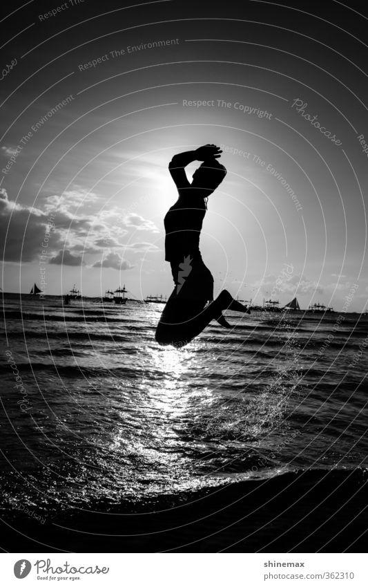Sprung Junge Frau Jugendliche 1 Mensch 18-30 Jahre Erwachsene Natur Landschaft Wasser Himmel Wolken Horizont Sommer Schönes Wetter Meer Insel Schwimmen & Baden