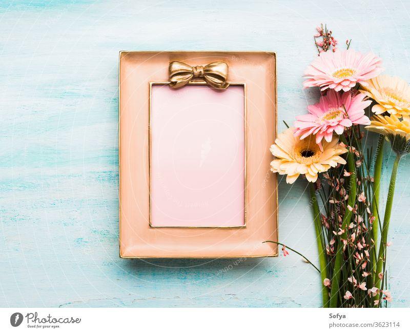 Wunderschöne Blumen und rosa Rahmen auf Pastellgrün Frau Tag Postkarte blanko Geschenk Gruß geblümt flach legen Frühling Feiertag festlich Hintergrund Einladung