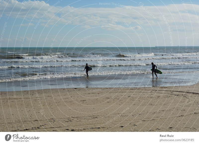 Gruppe von Surfern am Strand an einem Sommertag Spaß Tube aktiv Lauf Abenteuer Kraft platschen cool Mann Surfen blau Absturz extrem tropisch männlich Wetter