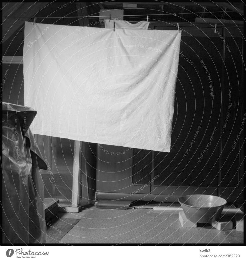 Da oben Dachboden Wäscheleine Bettlaken trocknen Schalen & Schüsseln Raum hängen dunkel trist Gelassenheit geduldig ruhig Ausdauer Ordnungsliebe Reinlichkeit