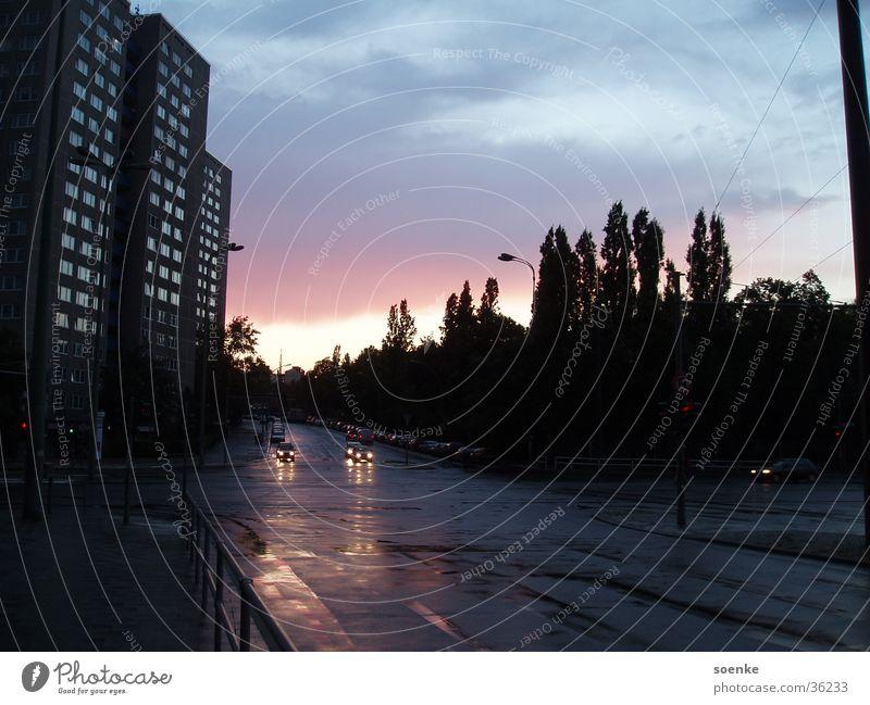 Abendrot am Prenzl-Berg Sonnenuntergang Abenddämmerung Prenzlauer Berg Friedrichshain nass Stadt Romantik Berlin Regen Straße