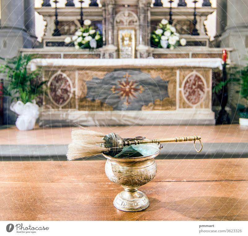 gesegnetes Wasser, das bereit ist, die Gläubigen, die Gläubigen und die ganze Welt zu empfangen francesco Masse pyx enthalten Wein Gastgeber Blut Körper