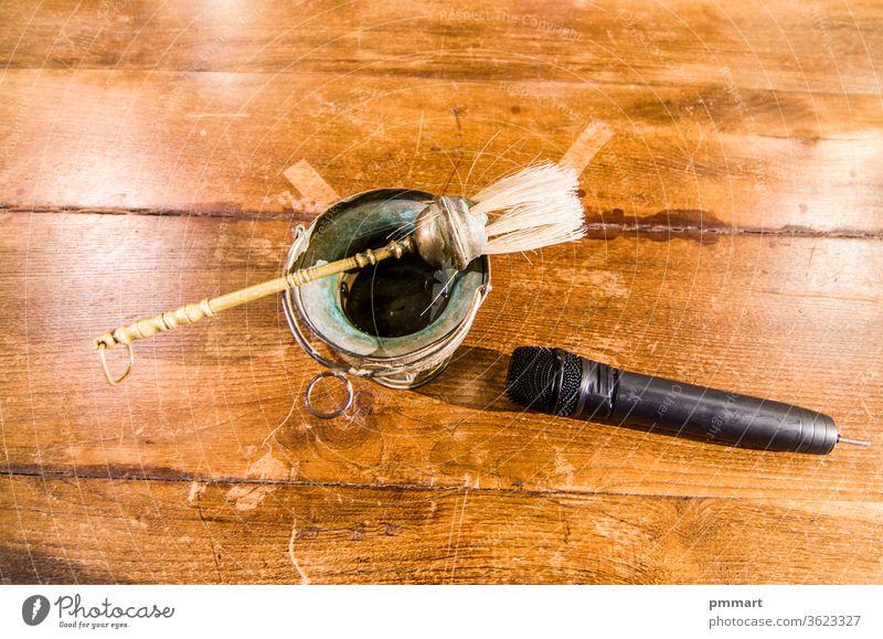 gesegnetes Wasser und Mikrofon, bereit, die Messe zu beginnen und die Gläubigen, die Gläubigen und die ganze Welt zu begrüßen Kommunizieren Redner francesco