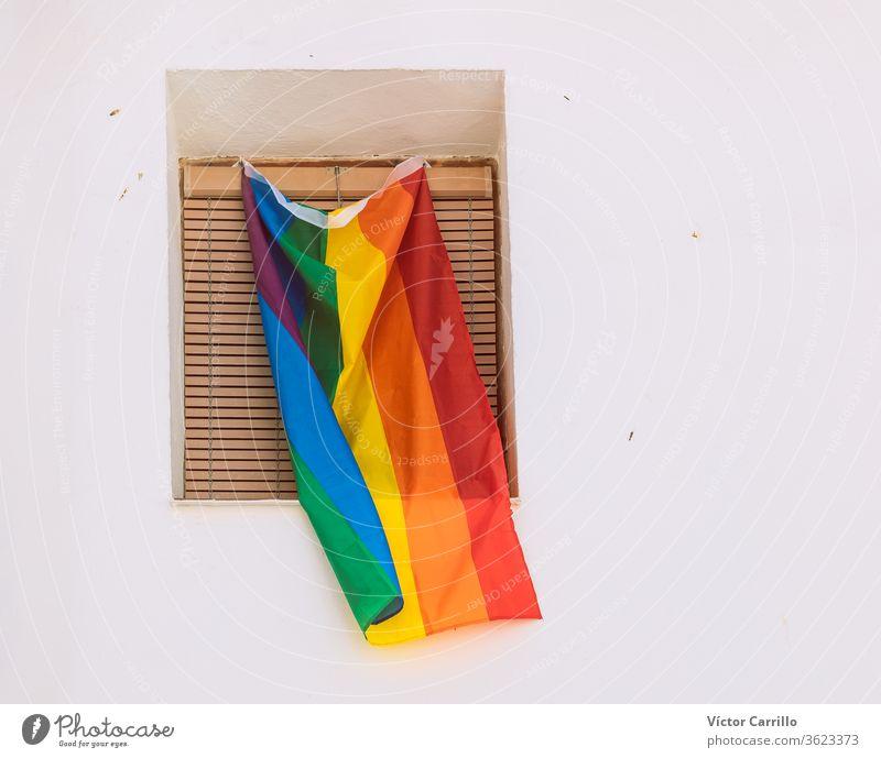 lgtbi-Stolzflagge auf einem Balkon farbenfroh Flug Farbe Großstadt Menschenrechte Air lgbt-bewegung hoch Schilder modern niemand feiern Travestie winkend