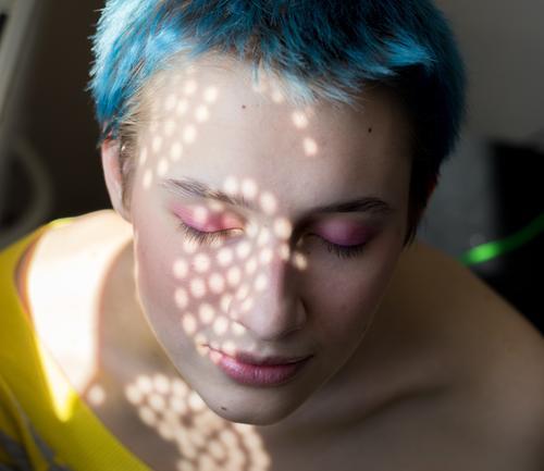 Mädchen mit blauen Haaren und rosa Make-up mit hellen Punkten im Gesicht Dame Schminke Beautyfotografie Mode Frau schön Model elegant Stil