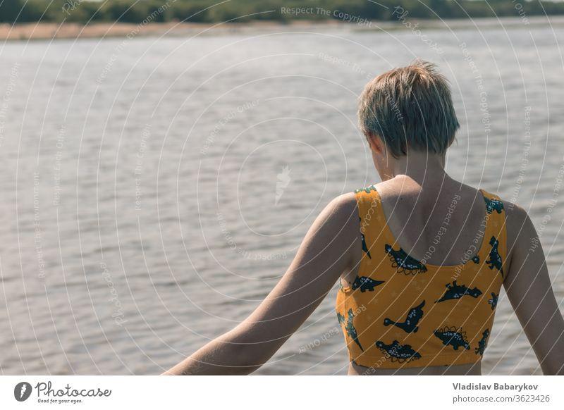 Junge Frauen im Wasser in Strandnähe Seeküste Mädchen Seeufer