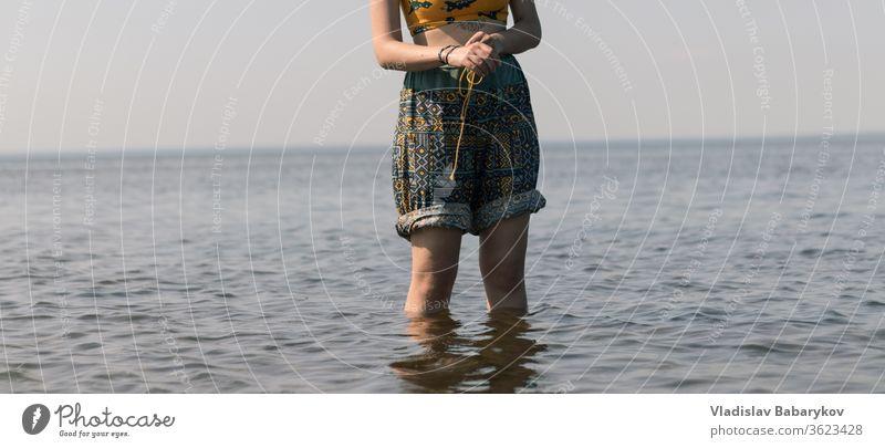 Dame steht im Wasser Frauen Mädchen Beine MEER Seeküste