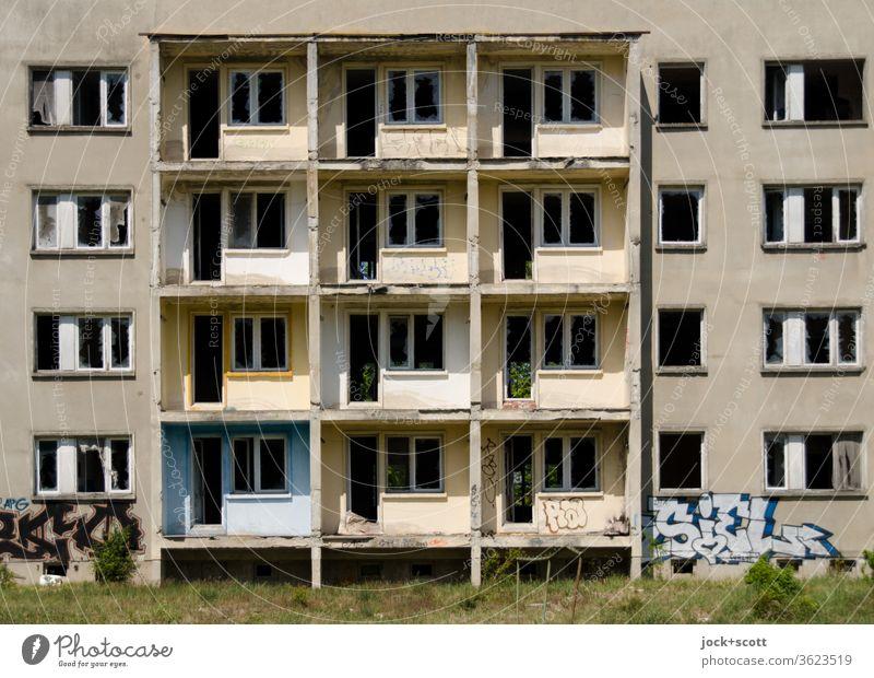 Plattenbau, weg vom Fenster DDR Unbewohnt Leerstand Haus Durchblick trist Einigkeit Symmetrie Ruine Endzeitstimmung Sonnenlicht alt eckig Wandel & Veränderung