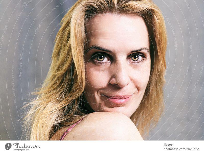 lächelnde blonde reife frau, spanien Porträt Frau Menschen Lächeln Glück Gesicht Behaarung eine Person Reife Erwachsensein Lifestyle Schönheit reales Leben