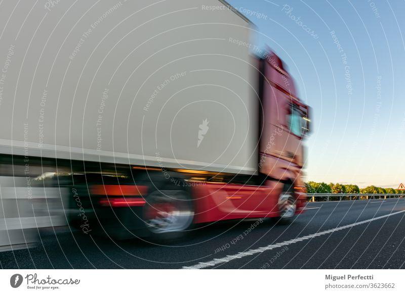 Lastwagen mit Kühlsattelanhänger auf der Autobahn gekühlt verderbliche Waren Ladung Spedition Verkehr Anhänger Versand Lastkraftwagen weiß Straße Lebensmittel