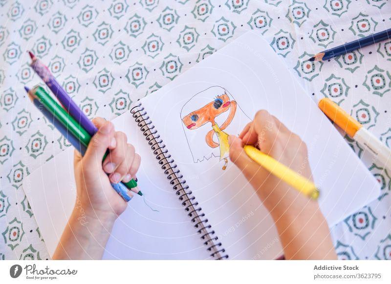 Kinderzeichnung mit bunten Buntstiften zeichnen Bleistift Hand kreativ Kindheit Hobby Aktivität Freizeit Inspiration farbenfroh Kunst Skizze Vorstellungskraft