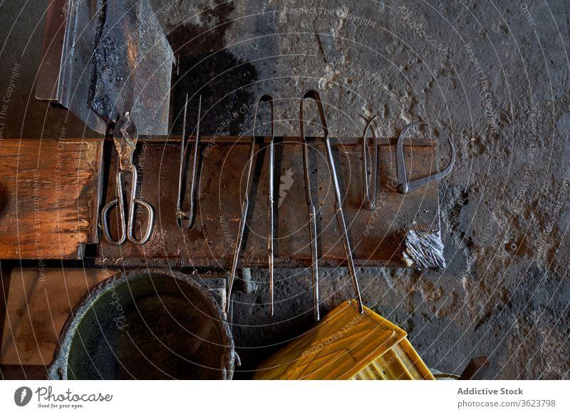 Satz Glasbläserinstrumente in der Werkstatt Schlag Werkzeug Instrument Sammlung Handwerkskunst Hobelbank manuell Beruf Arbeitsplatz Ordnung Gerät Schere