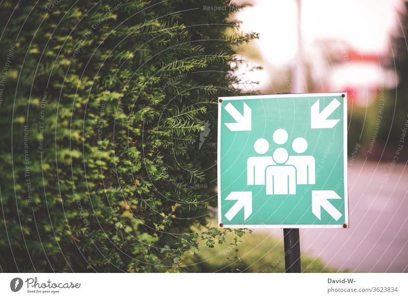 Schild - bedeutung = Sammelplatz Hinweisschild hinweis Sammelbplatz Sammelstelle sammeln zusammen Treffen zusammenhalt gemeinsam achtung hinweisen grün Personen
