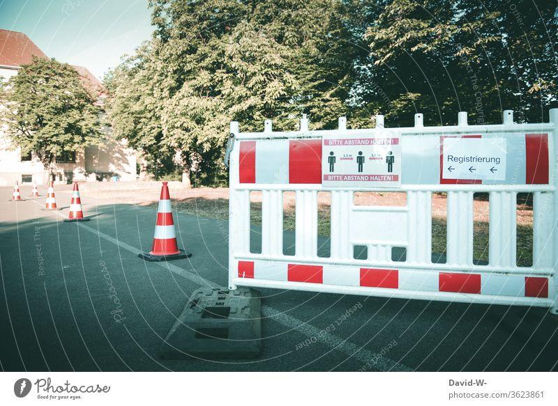 Corona Testzentren im Kreis Gütersloh - Registrierung - Menschen abstand halten Rheda-Wiedenbrück Oelde Absperrung Hinweisschild sicherheit Prüfstelle covid-19