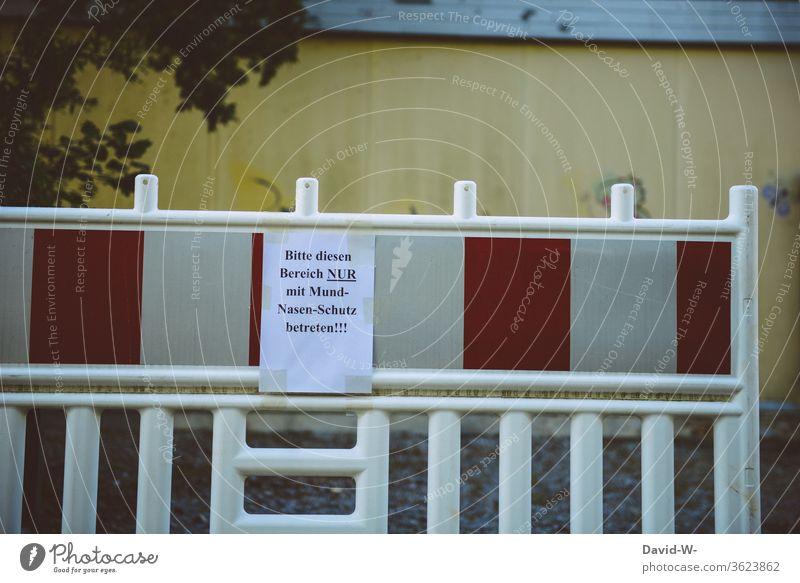 Absperrung Conona Zettel / Hinweisschild Breich nun mir mund-nasen-schutz betreten testen Gütersloh Test Tests Kontrolle Straße Schild Pandemie Menschen Tönnies