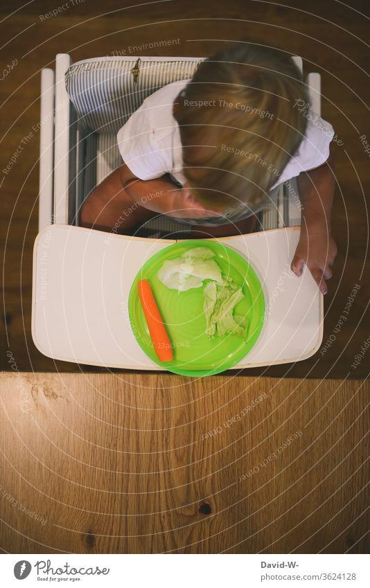 Kind auf Diät gesetzt - Gesunde Ernährung Kleinkind Junge keinen Hunger kein hunger satt streiken Streik Dickkopf Gemüse Salat Beilage Möhre