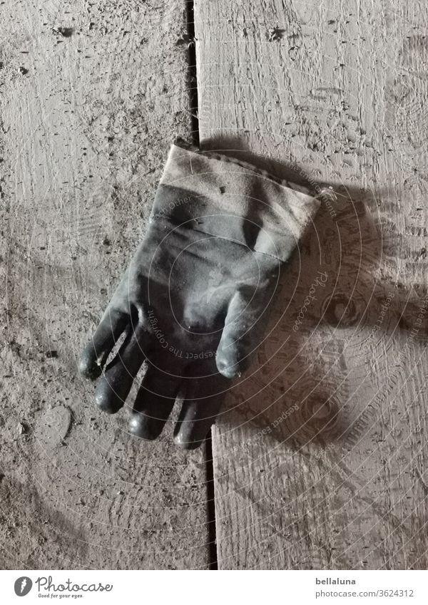 Handschuh Schutz Sicherheit Handwerk Prävention schmutz Dreck lost place Boden Holzbretter sandig Schutzbekleidung Bekleidung verloren unvollständig Finger