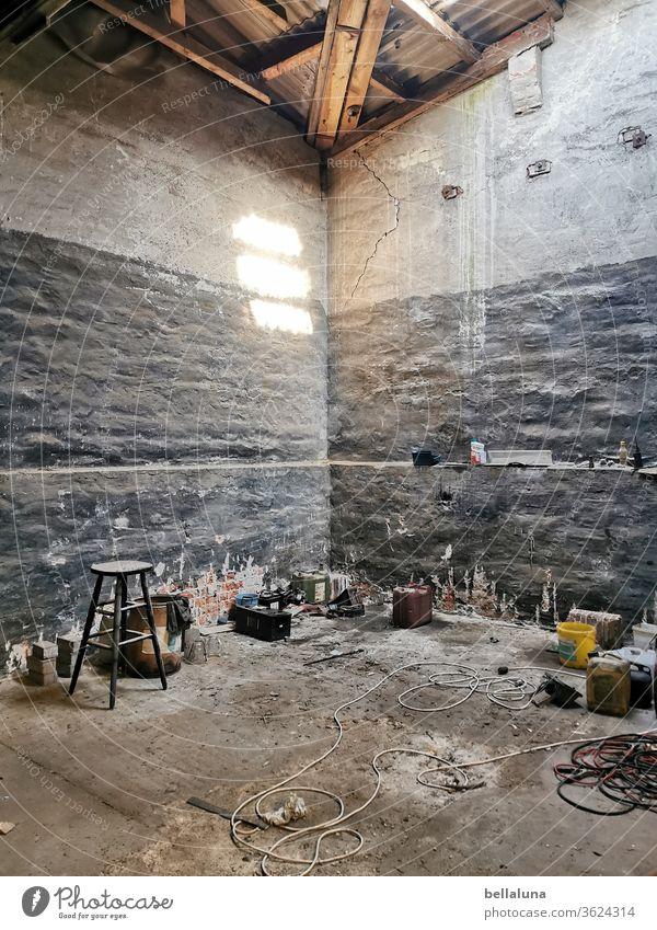 A Place - lost in meiner Nähe lost place verlassen Verfall kaputt alt Vergänglichkeit Vergangenheit Menschenleer Farbfoto Wand Mauer Haus Gebäude