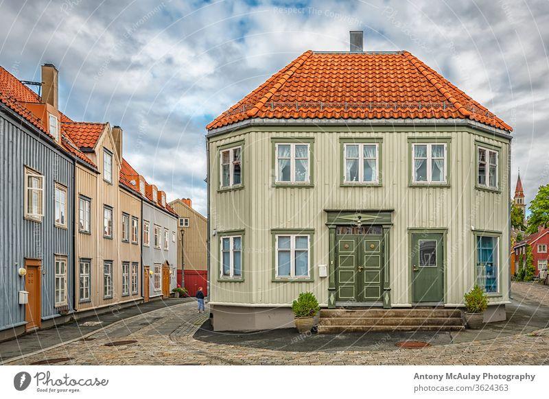 Straßenkreuzung Trondheim Bakklandet Gebäude eng trondhjem Kopfsteinpflaster trondelag Ausflugsziel gepflastert Urlaub malerisch typisch Sightseeing Altstadt