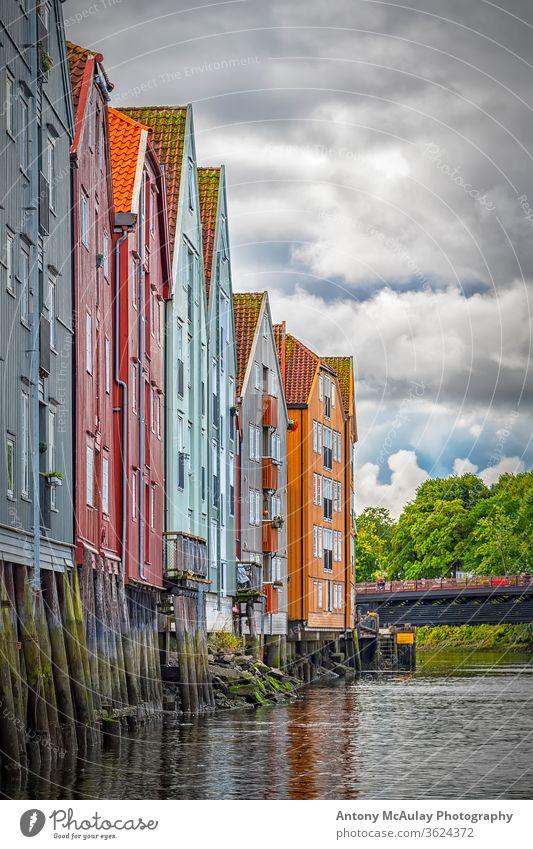 Trondheim River Nidelva Dockside Warehouses from the Water alt Fluss Norwegen Stadt nidelva hölzern Großstadt Wasser Häuser Architektur farbenfroh reisen Küste