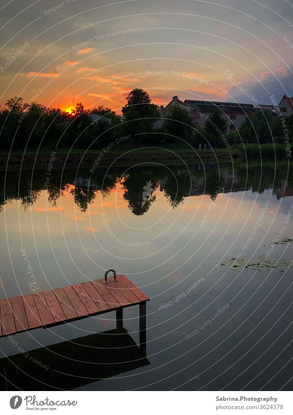 Sommerlicher Sonnenuntergang am Ufer der Saale in Halle, Sachsen-Anhalt Halle (Saale) Deutschland Fluss Flussufer Steg Sonnenstrahlen Himmel Farbfoto