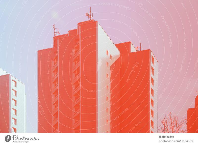 roter Himmel, rote Sendemasten, roter Plattenbau Architektur Wohnhochhaus Fassade einfarbig Reflexion & Spiegelung markant Symmetrie Stil Marzahn Berlin