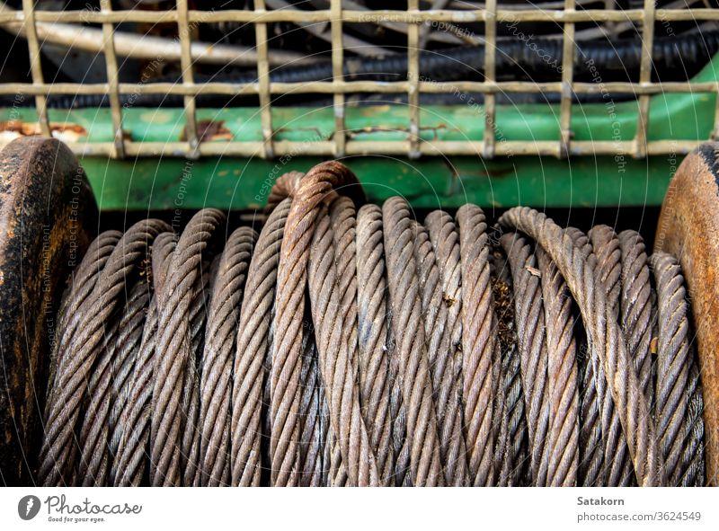 Altes Anschlagseil einer elektrischen Winde vor einem 4WD-Auto Kabel Winsch PKW Stahl alt Metall Gerät Fahrzeug Rust Seil Ausrüstung Hebezeug schleppen