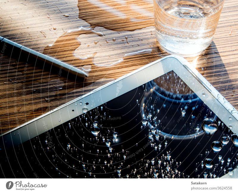 Wassertropfen auf dem Tablettenbildschirm verschütten Tropfen Bildschirm klug Telefon Mobile Zelle Smartphone Stock Farbe schwarz nass Textur alt Raum