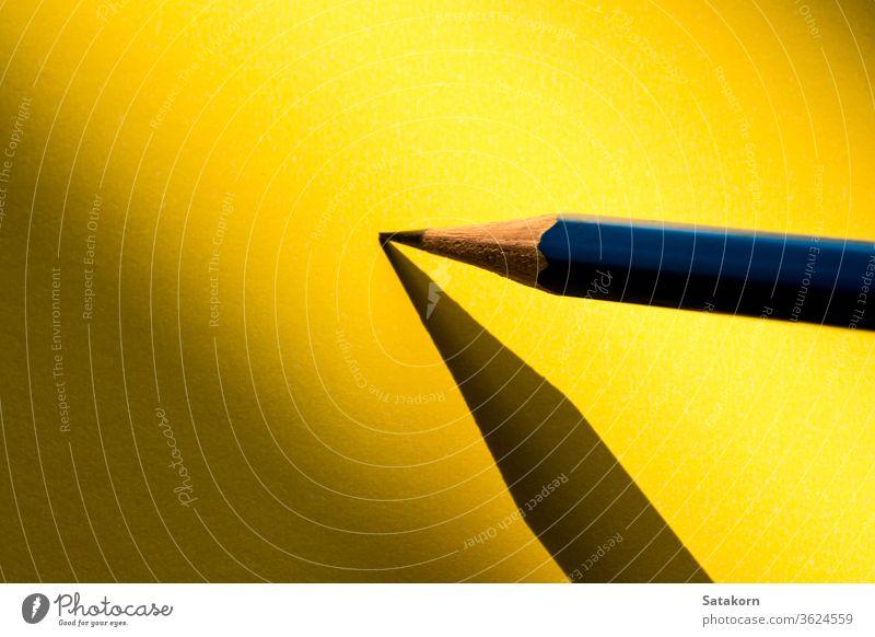 Bleistift haltend, um im Schatten auf das Papier zu schreiben Zeichnung blanko skizzierend Beteiligung Detailaufnahme Kunst Hintergrund Aktion gelb