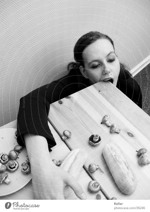 Esskultur 23 Mensch Frau Tod Ernährung Kochen & Garen & Backen langhaarig skurril Holztisch Gift beißen Baguette vergiftet Champignons Tischkante