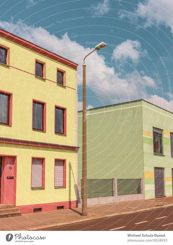 Häuserfront in Pastell Minimal grafisch farben formen Geometrie abstract grafik abstrakt quadrat harmonie gebäude haus laterne pastell grün gelb rot blau himmel