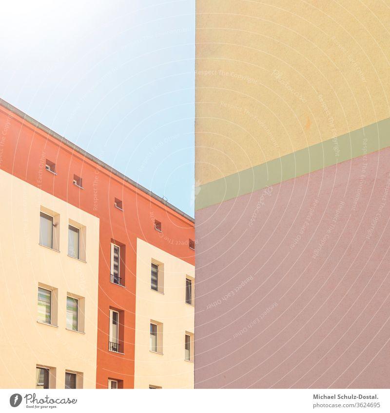 aufregendes Farbspiel der Gebäue Minimal grafisch farben formen Geometrie abstract grafik abstrakt quadrat harmonie architektur fassade linie fenster dach